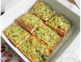 Tartines gratinées au fromage et aux herbes : recette économique et gourmande ♥ pour se régaler avec trois fois rien ! Idéale avec une salade ou une soupe !