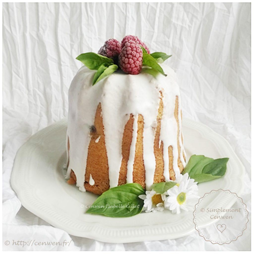 Gâteau au vin blanc et aux framboises, comme un naked cake ou un nude cake. Recette facile, gourmande et économique de gâteau aux framboises avec un soupçon de vin blanc.