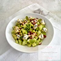 Salade composée : concombre, bleu d'Auvergne et noisettes