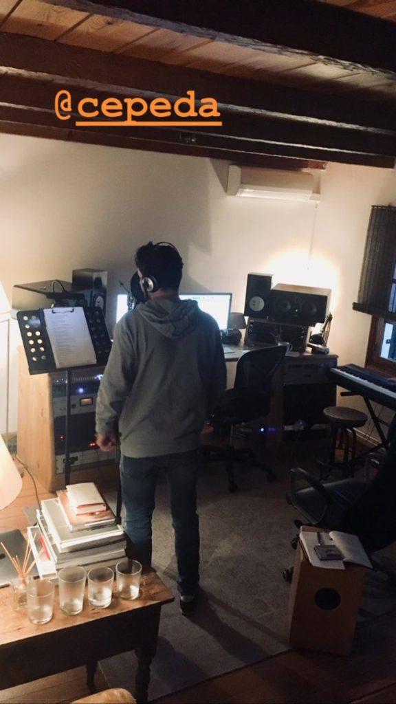 Cepeda grabando voces en el estudio de David Santisteban el 23 de marzo