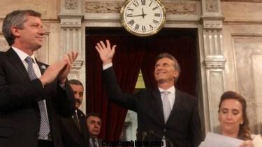 """Había pasado los 25 minutos y empezó a subir el tono de voz, anunciando que venía el cierre. Mauricio Macri, el flamante presidente, se acomodó en el estrado del Congreso y habló de la """"aventura de crecimiento"""". Y a partir de allí comenzó como una suerte de arenga-convocatoria que terminó con el canto de campaña de su espacio: """"¡Sí, se puede! ¡Sí, se puede!""""."""