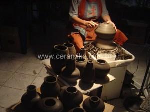 acabamento de peças ceramicas no torno