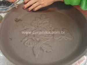 decoração em relevo no prato em argila