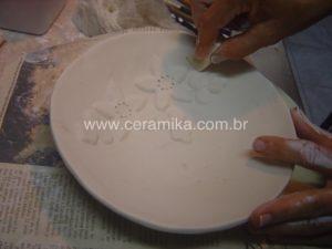 esculpindo detalhes em relevo na porcelana
