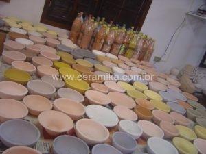 peças ceramicas esmaltadas prontas para a queima