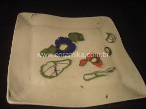 porcelan com detalhes coloridos