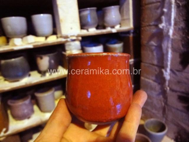 copo vermelho em queima à lenha