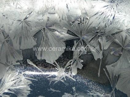 cristais prateados no vidro ceramico