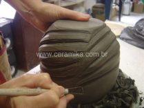 modelagem manual de vaso em argila
