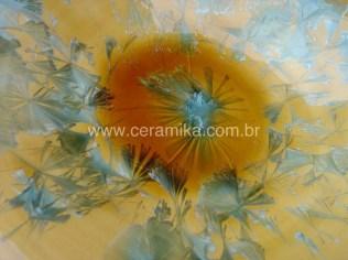 grande cristal em prato ceramico