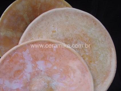 pratos cor de rosa com cristais