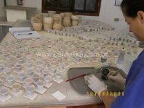 mesa repleta de testes de esmaltes
