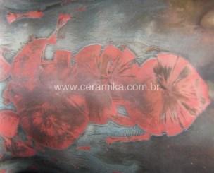 cristais vermelhos em peça ceramica