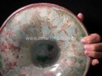 cristais no vidro do prato ceramico