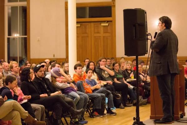 Brandon Sanderson che tiene un discorso alla Provo City Library - Immagine di Gene Nelson