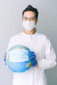 Médico con globo por Anna Shvets