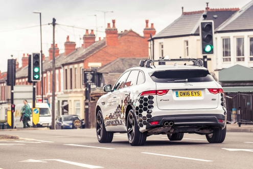 Yeni Jaguar, trafik ışığı ile konuşacak!