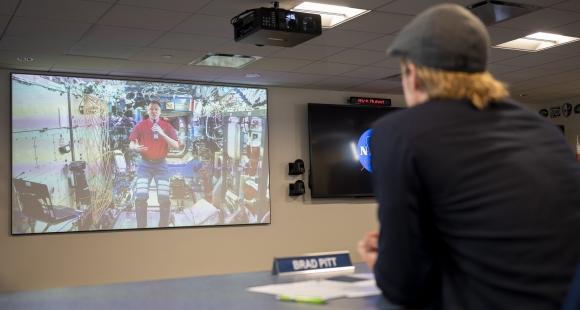 Brad Pitt, NASA astronotu ile röportaj yaptı