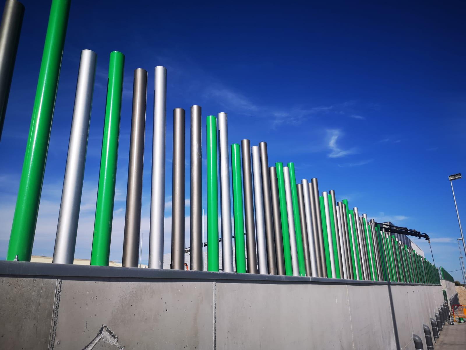 Cerramiento con tubos verticales