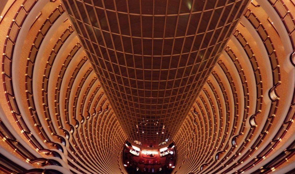 Interior del hotel Gran Hyatt en la Torre Jin Mao en Pudong, en Shanghai, China