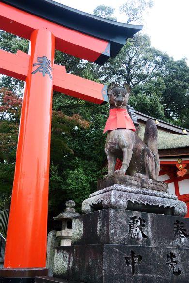 Estatuas de kitsunes en Fushimi Inari Taisha en Kioto, Japón