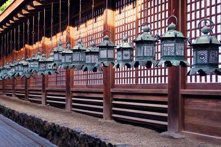 Los toro, las linternas de bronce y piedra en el santuario Kasuga Taisha en Nara, Japón