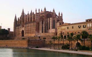 La Catedral Basílica de Santa María de Palma al atardecer en Mallorca, España