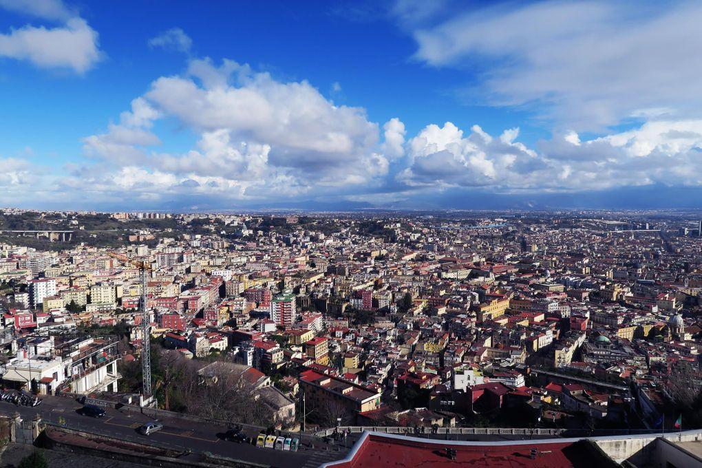 Vistas de Nápoles desde el Castillo de Sant'Elmo en Nápoles, Italia