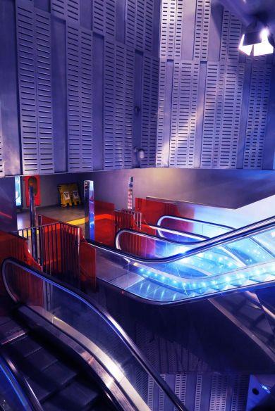 Interior de la estación de metro Garibaldi en Nápoles, Italia