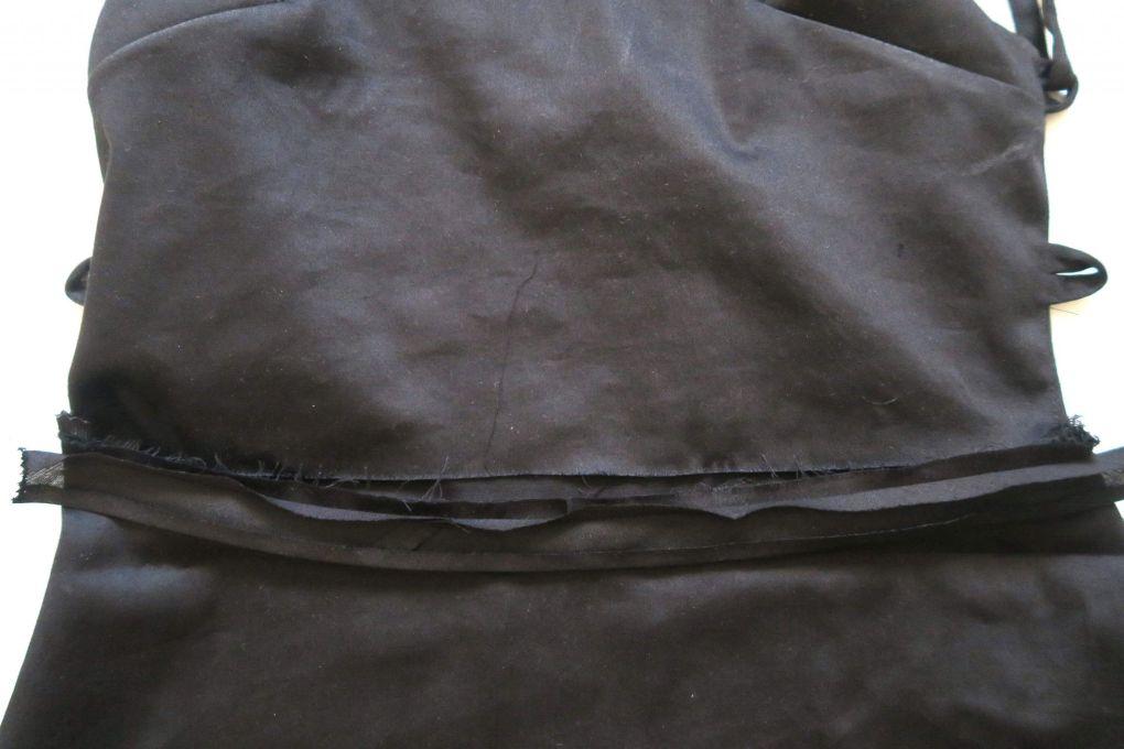 Cosiendo el bies al exterior de la cintura trasera de la falda del vestido mini con espalda al aire