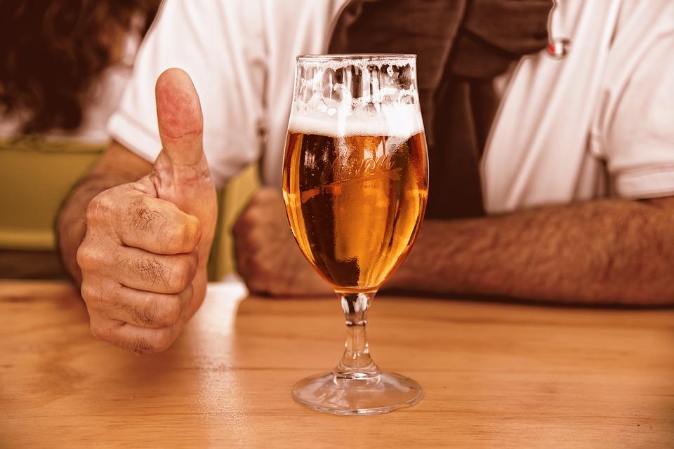 Cómo verter y servir correctamente una cerveza de barril
