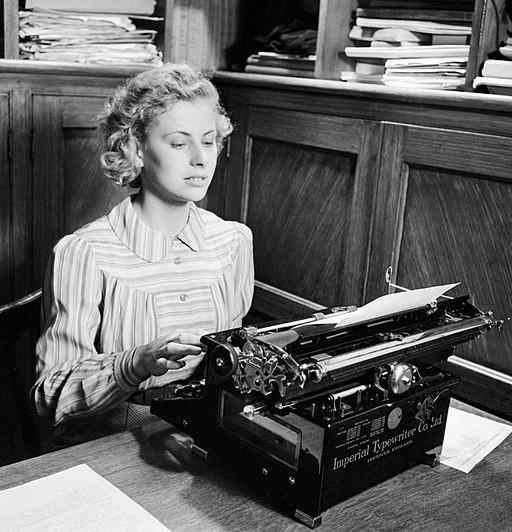 Iris Joyce en su maquina de escribir