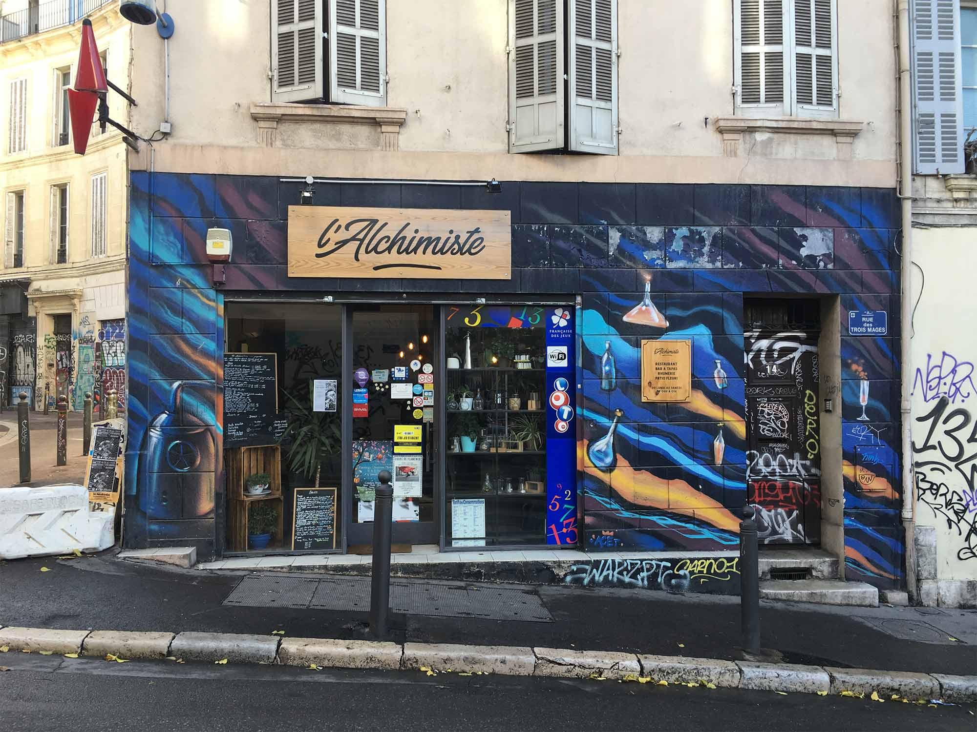 L'alchimiste, bar tabac et restaurant de la rue des Trois Mages, tout proche de la plaine.