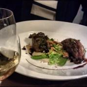 Joue de porc confite sauce de balsamique, purée de topinambour au truffe chinois, pois gourmands et champignons (L'Ourson qui Boit, Lyon 1)