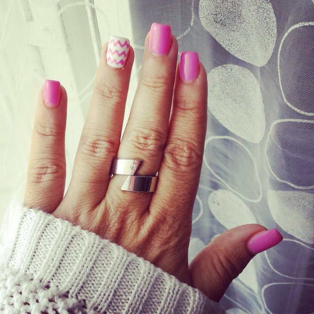 montre-moi tes ongles chevrons roses et blancs