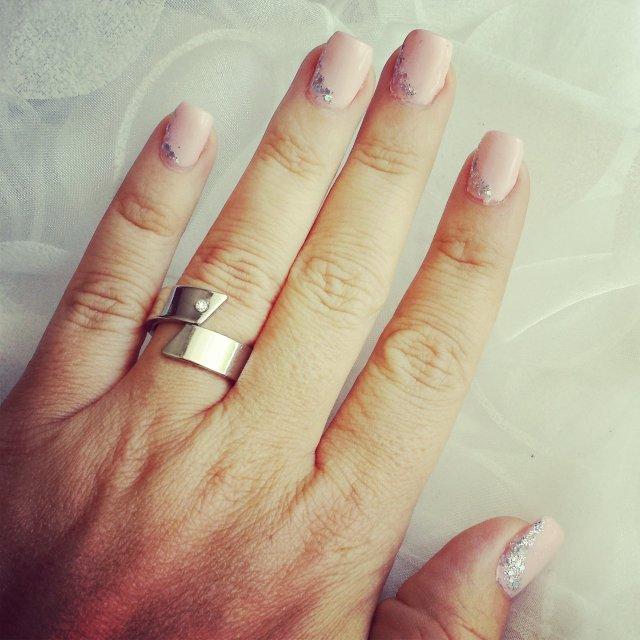 montre-moi tes ongles rose nude et argenté