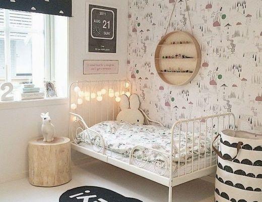 Jolies chambres de petites filles avec du papier peint