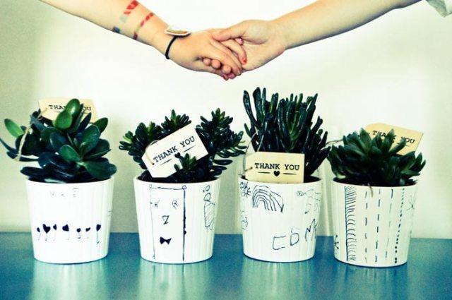 cadeau pour la maîtresse : le pot de fleurs décoré par l'enfant
