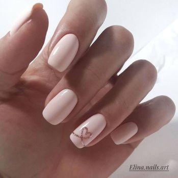 Manucure nude rose et détail doré