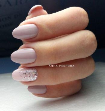 Manucure nude rose et pailletes