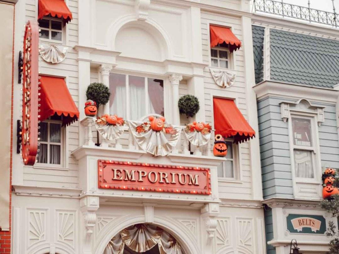 Disneyland Paris à Halloween, les décorations à Emporium sur Main Street