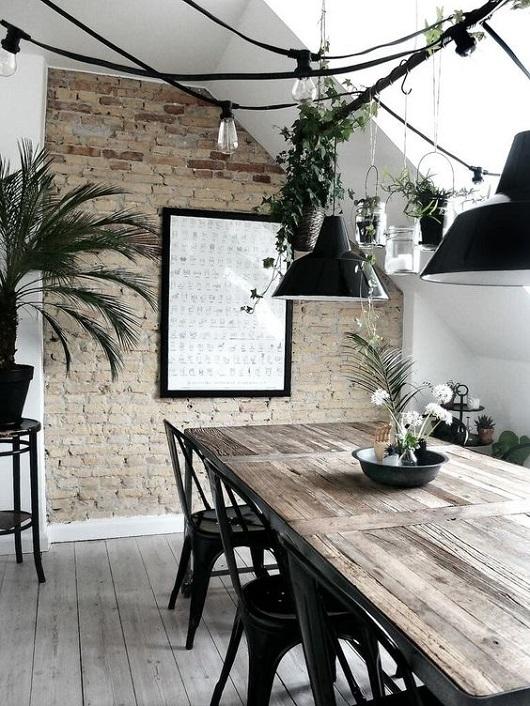 Salle à manger industrielle avec guirlandes guinguette et tablle en bois