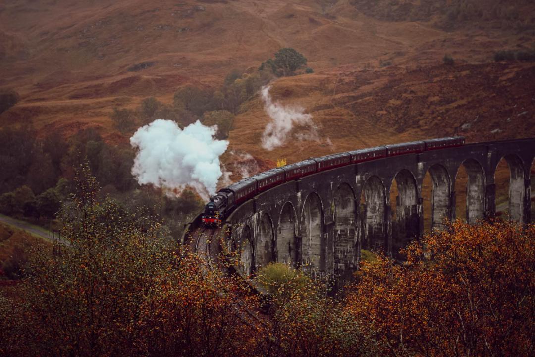 Voir le train de Harry Potter au viaduc de Glenfinnan pendant son voyage en Ecosse