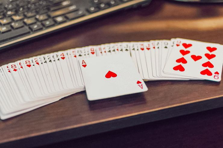 Jouer aux cartes en famille : le rami