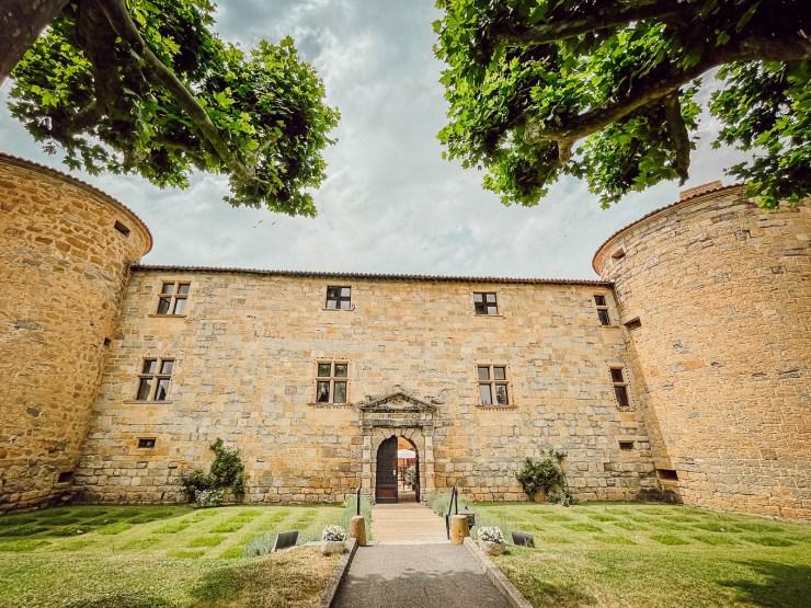 Déjeuner dans un château médiéval à la Cour des Ducs dans l'Aude