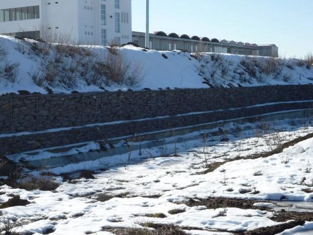 muresring In plan apropiat, la Km 3, se observa lucrari de sprijinire a terenului cu gabioane in trepte si la baza zidului de sprjin, rigola de colectare si drenare a apelor meteorice.