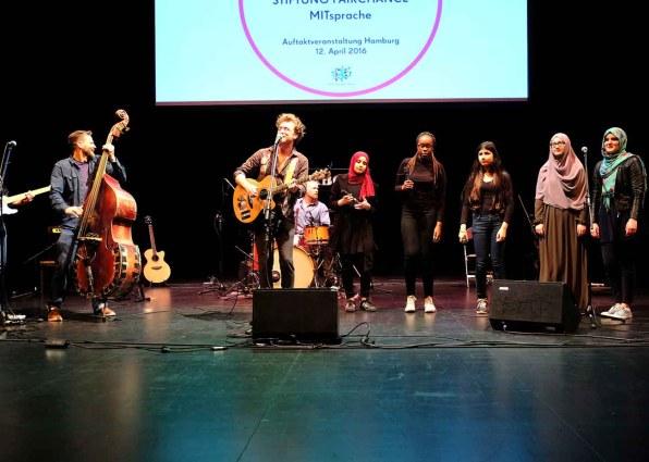 Duncan Townsend und die ABOTS mit Band und Schüler der Klasse 10a der Stadtteilschule Wilhelmsburg STIFTUNG FAIRCHANCE - MITsprache Auftaktveranstaltung auf Kampnagel in Hamburg
