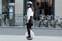 www.solowheel.eu-Solowheel-girl-riding-in-front-of-Velibs-Paris