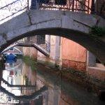 Ein kleiner Canal und jede Haustür hat ihre eigene Brücke