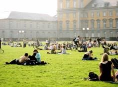 Studentenleben an den ersten warmen Frühlingstagen in Bonn
